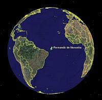 Representação artística sobre foto da Nasa indicando Fernando de Noronha a uma distância 20000 km da Terra