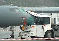 Avião colide com caminhão em pista de aeroporto.