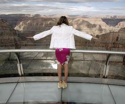 Visitante da passarela abre os braços com se fosse levantar vôo.