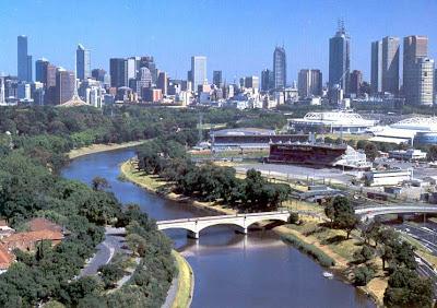 Rio Yarra atravessando Melbourne.