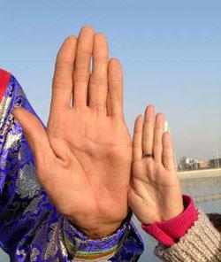 Comparação da mão de Bao Xishuncom a da esposa.