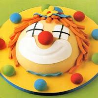 Foto de bolo aniversário com cara de palhaço.