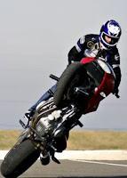 Motociclista fazendo Wheeling