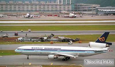 Avião passa ao lado de outro, da mesma empresa aérea, acidentado