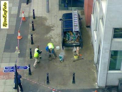 Trabalhadores prendem o próprio carro num cercado.