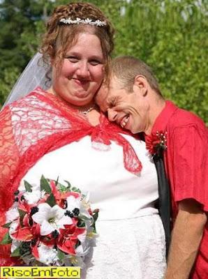 Casal bem feio, mas todo apaixonado em cerimônia de casamento.