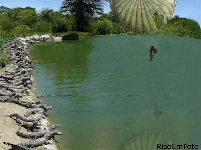 Pára-quedista caindo em lago repleto de crocodilos