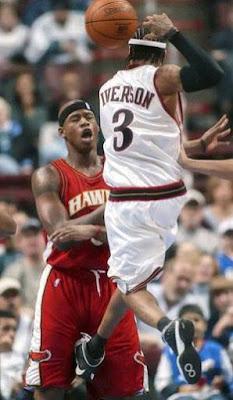 Jogador de basquete acerta chute no s#co do adversário.
