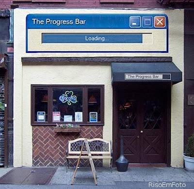 Fotomontagem com sobreposição da barra de progresso do windows na fachada de um bar.