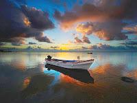 Papel de Parede com barco, mar, praia, por de sol e muito bonito.