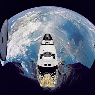 Ônibus espacial sobrevoa o planeta Terra.