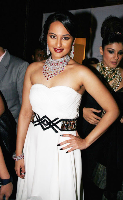 Sonakshi Sinha on Ramp Walk @ Rat HDIL Pics - N/W  Sonakshi-Sinha-On-Ramp-At-HDIL