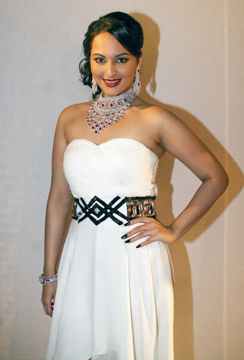 Sonakshi Sinha on Ramp Walk @ Rat HDIL Pics - N/W  Sonakshi-Sinha-On-Ramp-At-HDIL-3