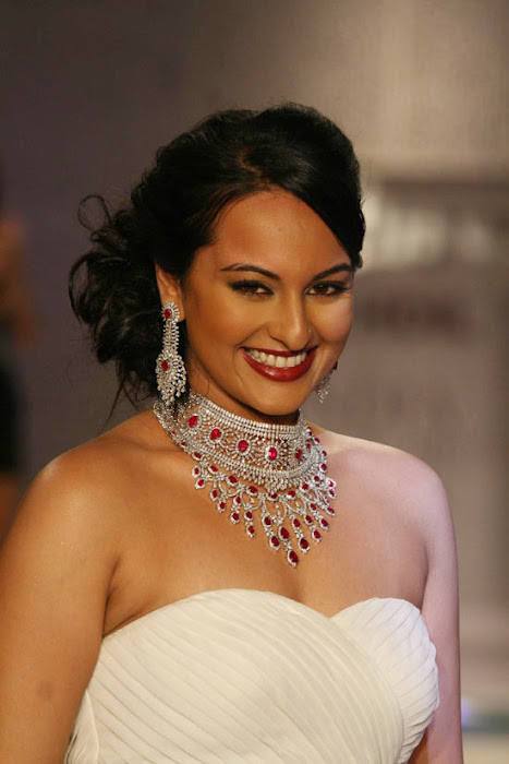 Sonakshi Sinha on Ramp Walk @ Rat HDIL Pics - N/W  Sonakshi-Sinha-On-Ramp-At-HDIL-13