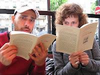 Fotografia de Manuel e Maria no café Flore, horrorizados com os preços