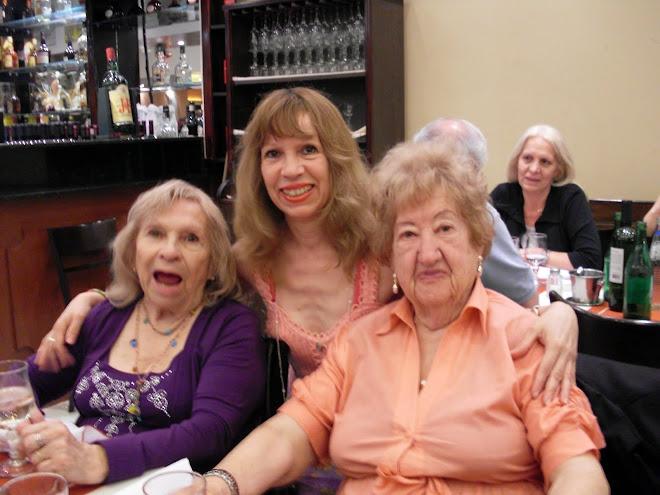 Hacia mi derecha mi mamá con 80 años yo con 50 años y señora amiga 90 años recién cumplidos