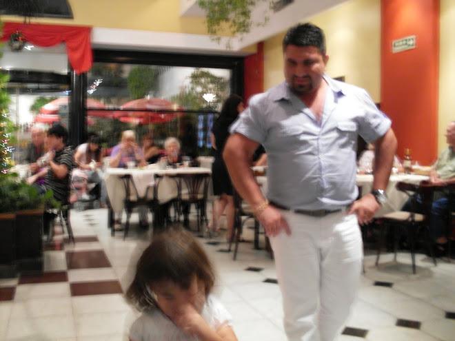 El hermano de Ricardo Fort con su hijita