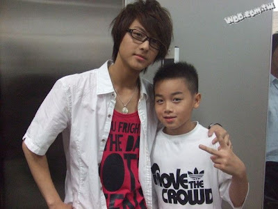 wang xin ling wallpaper. No screen caps but here's one photo of Wang Zi with the little b-boy kid.
