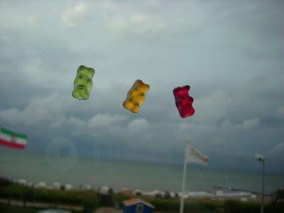klebrige Bärchen am Hotelfenster