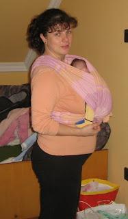 Szöveg: Az unokatesók mind kendős babák! Kép: ugyanaz a kendő, ugyanaz a nagynéni, immár elől hordja a gyermeket.
