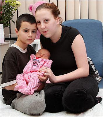 http://www.sardarcsp.com/عکسهایی از پسر و دختری كه در 12 سالگی صاحب بچه شدند!