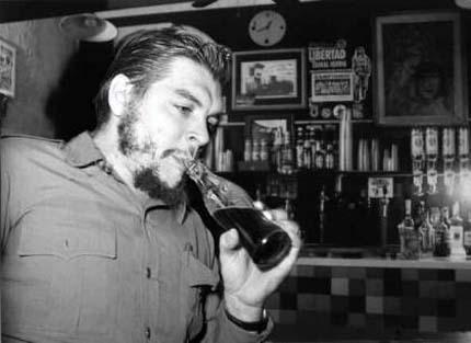 [che+guevara+bebendo+coca+cola.jpg]