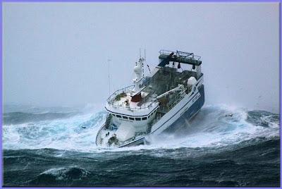 صور سفينة مخيفة Ship_in_a_storm_01