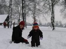 "Mi príncipe ""primogénito nieto"" con  mi hija Ele, su madre, en un suburbio de  Inglaterra"