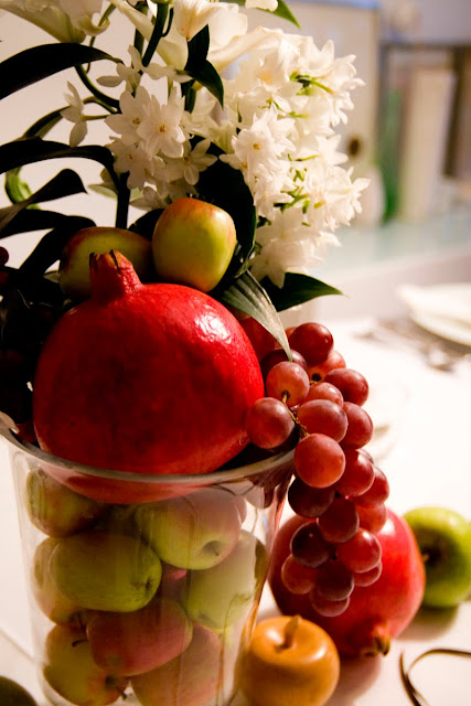 Easy Table Christmas Decoration with flower and fruit arrangenment