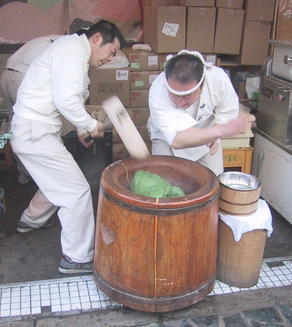 [Making_mochi_with_an_Usu_and_Kine[1].jpg]