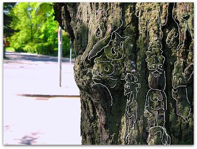 Figurer i barken på ett träd.