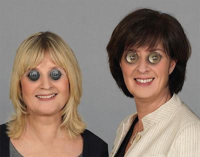 Mona Sahlin och Marita Ulvskog har knappar som ögon på just den här bilden.