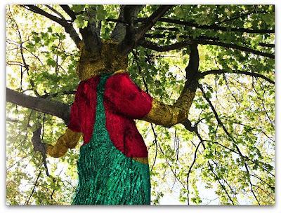 Ett träd med snickarbyxor.