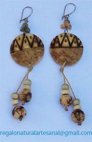pendientes de madera semillas pintados