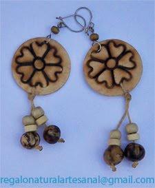 pendientes de madera pintados y semillas