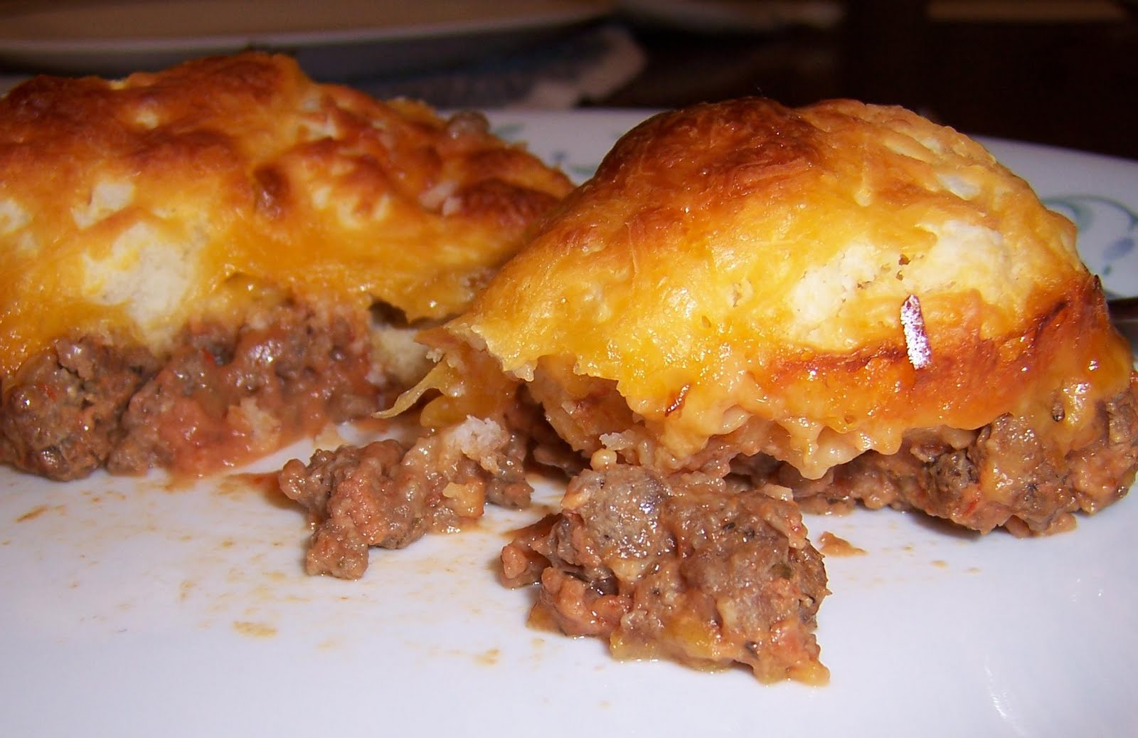 FROM MELANIE'S HOME: Beef and Biscuit Casserole