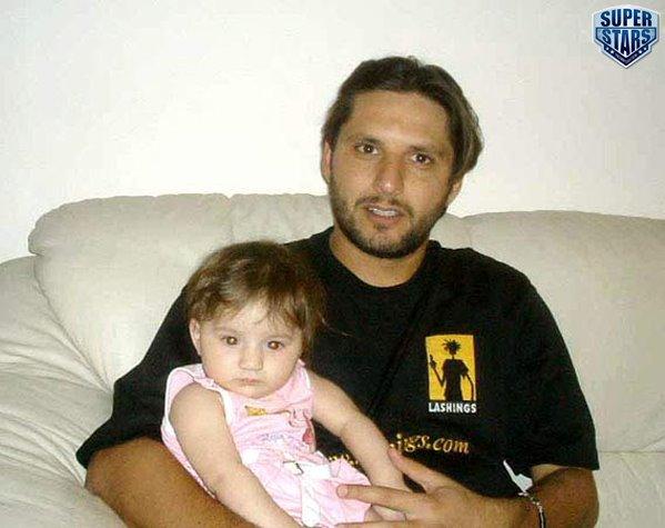 shahid Afridi family pic.