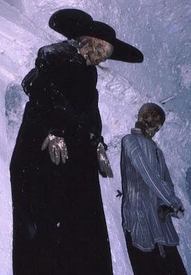 http://4.bp.blogspot.com/_8JMgjANXp6M/TLBwLLiJOVI/AAAAAAAAC3U/VaLEaj3WQoA/s400/catacombs_15.jpg
