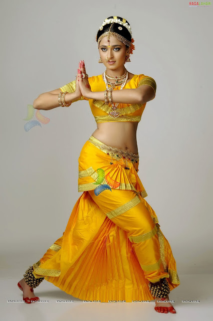 Anushka Hot as Chandramukhi in Nagavalli Movie