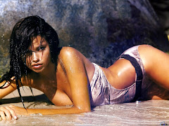 Adriana Lima On The Beach Wallpapers 17952 1600x1200