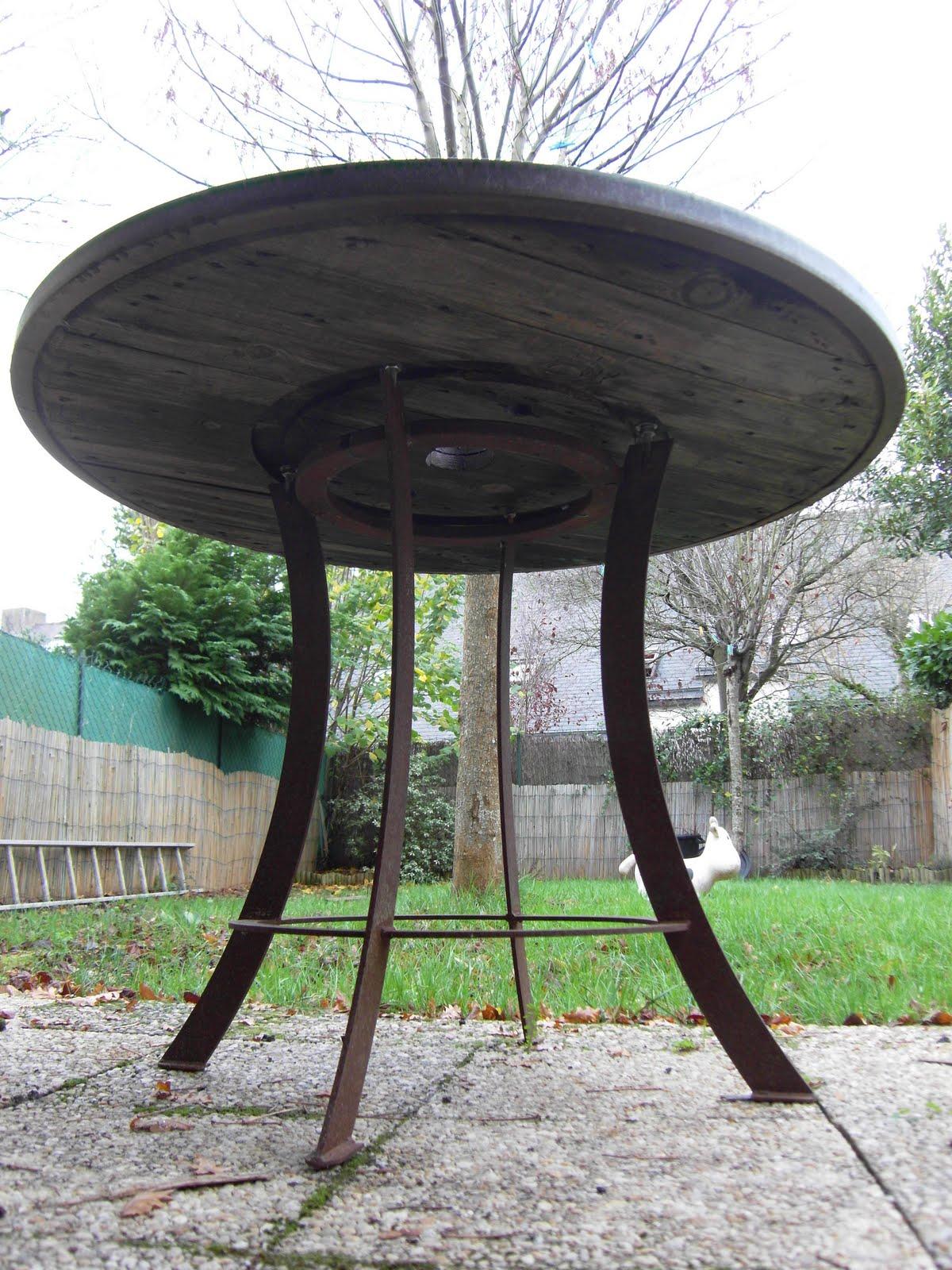Le Ballet des Lucioles: p\'tite bricole (2009) table de jardin