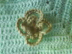 detalle de la flor que lleva el vestido y la capelina