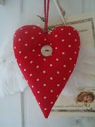 Mysigt hjärta i rött med vita prickar..