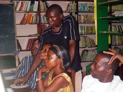 Clase de informática en Kogo, Guinea Ecuatorial