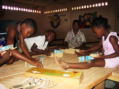 niños jugando al dominó en el Centro Sociocultural en Kogo, Guinea Ecuatorial