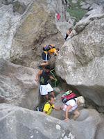 Ajudats de corda, intentam seguir endavant l'excursió