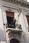 Izando la Primera Bandera Palestina en la Primera Embajada de Palestina en Argentina,1999