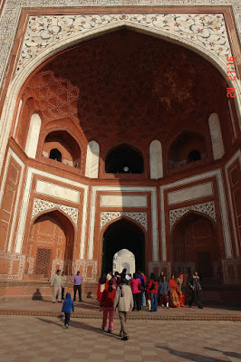 Tourists thronging the structure that is the gateway to the Taj Mahal