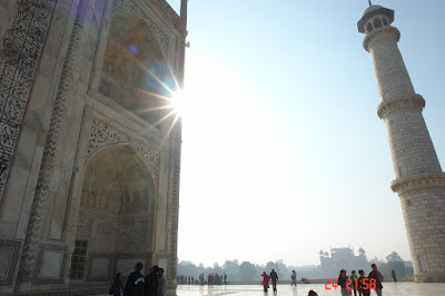 Twinkle of the sun around the structure of the Taj Mahal