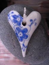 Hängen/ berlocker i keramik med mönster och valfri text på